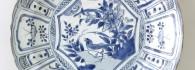 Plato con decoración azul. Porcelana. China. Periodo Ming. S. XVII. Inv. 49075.
