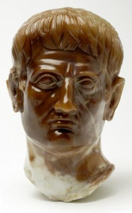 Busto de Caesar Augusto. Carneola. 98-103 (Época de Trajano (98-103 d.C). Tarazona (Zaragoza). Foto: José Garrido. Museo de Zaragoza.