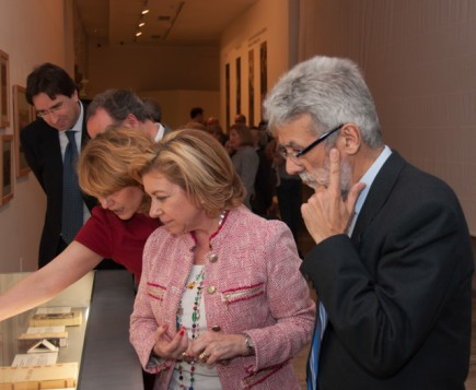 Elena Barlés con la Consejera Dolores Serrat y el entonces director del Museo Miguel Beltrán. Foto: J. Garrido