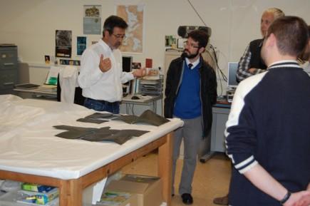 El Dr. Beltrán en le taller de restauración (Fot. J.A. Paz) del museo