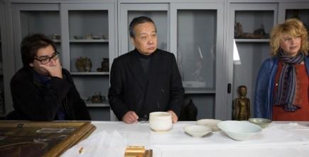 Ante un lote de cerámica japonesa (Fot. J. Garrido)