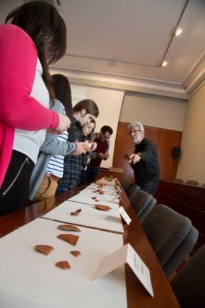 Los alumnos pueden tocar las cerámicas (Fot. J. Garrido)