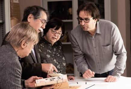 Inagaki, Hasegawa y Oikawa viendo los cuatro libros de Kyosai con David Almazán. Foto: José Garrido. Museo de Zaragoza.