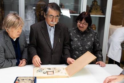 Inagaki, Hasegawa y Oikawa viendo los fondos de la colección de arte oriental. Foto: José Garrido. Museo de Zaragoza.