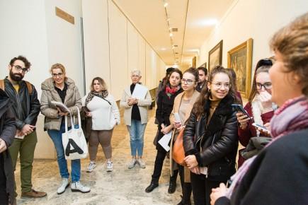 Grupo de alumnos de Historia del Arte en su visita al área de reserva del museo. Foto: José Garrido. Museo de Zaragoza.