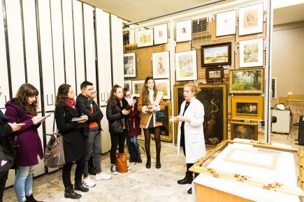 Nerea Diez de Pinos explicando cuestiones de conservación-restauración a los alumnos en el área de reserva. Foto: José Garrido. Museo de Zaragoza.