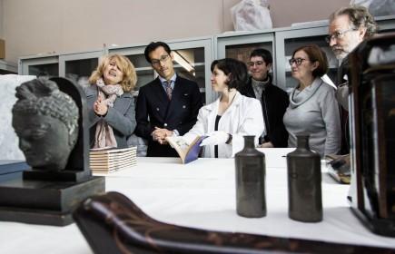Elena Barlés, Daichi Kato, Matilde Cantín y Ramón Abad viendo el Manga de Hokusai. Foto: José Garrido. Museo de Zaragoza.