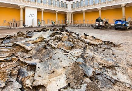 El patio del museo en obras antes de picar todo el pavimento central. Foto: José Garrido. Museo de Zaragoza.