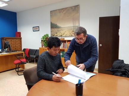Kentaro Kotoge firmando el acta de donación que le entrega Isidro Aguilera, director del museo. Foto: Difusión Museo de Zaragoza.