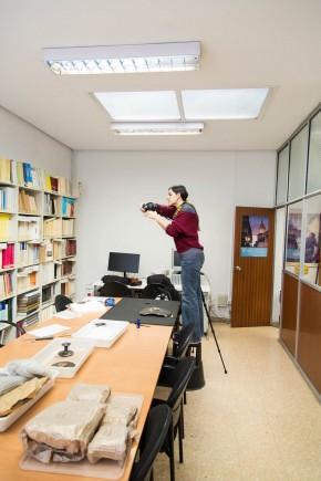 Aránzazu López estudiando los materiales de Azaila. Foto: José Garrido. Museo de Zaragoza.