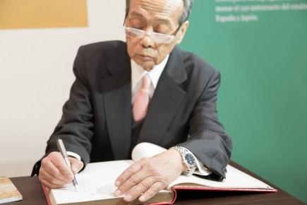 Tanzan Kotoge firmando el Libro de autoridades del Museo. Foto: José Garrido. Museo de Zaragoza.