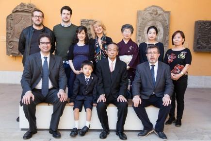 Foto de grupo con el equipo de la exposición y la familia de Tanzan Kotoge. Foto: José Garrido. Museo de Zaragoza.