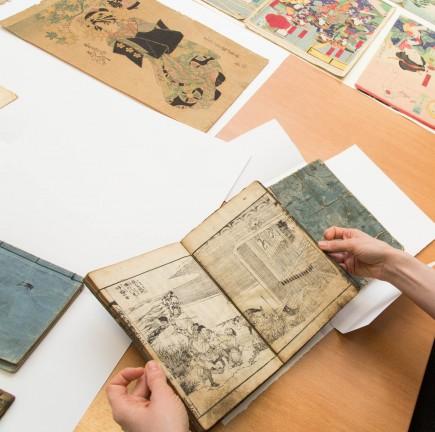"""""""Sangoku Yofuden"""" ( volumen 2), Takai Ranzan y Teisai Hokuba, s. XVIII. Foto: José Garrido. Museo de Zaragoza."""
