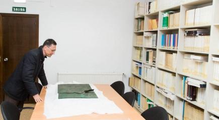 Gianluca Gregori estudiando la tábula de bronce de Contrebia Belaisca. Foto: José Garrido. MdZ.