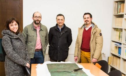 Visita de Gianluca Gregori para ver la tábula de Contrebia Belaisca. Foto: José Garrido. Museo de Zaragoza.