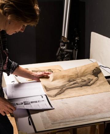 Estudio de los dibujos de Marín Bagüés por parte de los técnicos de patrimonio del Ayuntamiento de Zaragoza. Foto: José Garrido. Museo de Zaragoza.