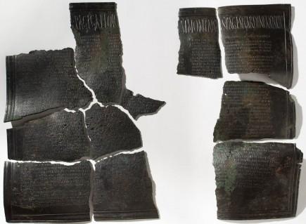 Inscripción epigráfica. Bronce. 117-138 d.C. Agón (Zaragoza). Foto: José Garrido. Museo de Zaragoza.