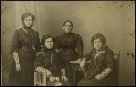 Estanislada Gasca junto a sus hermanas el día de su boda, 1910. Foto: José Garrido. Museo de Zaragoza.