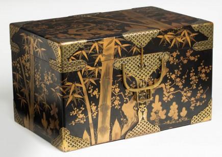 Arcón de madera. Periodo Meiji. Segunda mitad s. XIX. Foto: Elisa Santos. Museo de Zaragoza.
