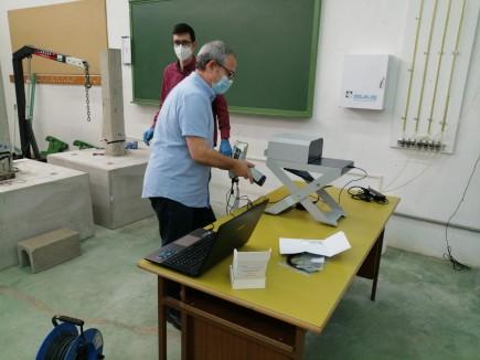 Formación para el manejo del nuevo espectrómetro de fluorescencia de rayos X en Huesca. Foto: Difusión Museo de Zaragoza.