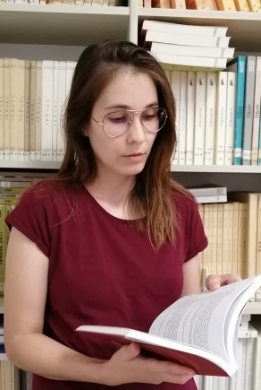Lorena Menéndez en la biblioteca. Museo de Zaragoza.
