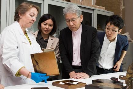 Carmela junto al equipo de Kazumi Murose, Tesoro Nacional Viviente de Japón. Foto: José Garrido. Museo de Zaragoza.