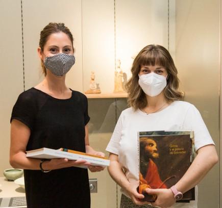 Entrega del lote de libros a la ganadora de Entre arte y cuarentena junto a la obra reinterpretada. Foto: José Garrido. Museo de Zaragoza.