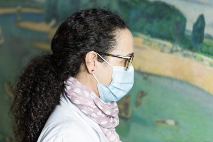 Paula Blanco junto al Ebro de Marín Bagüés. Foto: José Garrido. Museo de Zaragoza.
