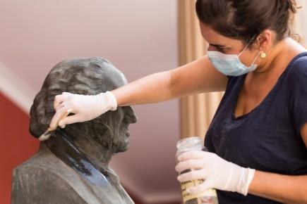 Covadonga Menéndez realizando la intervención de conservación-restauración en el busto de Goya del patio del museo. Foto: Eduardo González. Museo de Zaragoza.