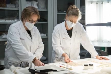 Carmela Gallego y Nerea Diez de Pinos trabajando en el área de reserva. Foto: José Garrido. Museo de Zaragoza.