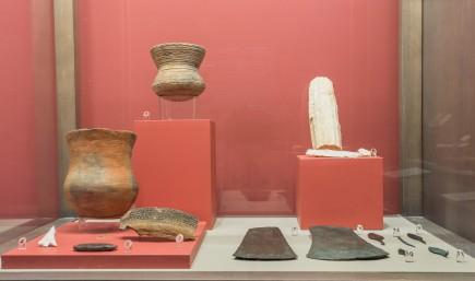 Vitrina dedicada al calcolítico con el nuevo vaso campaniforme. Foto: José Garrido. Museo de Zaragoza.