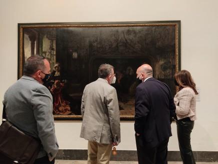 Wifredo Rincón conversa con Isidro Aguilera, director, y Marisa Arguis, conservadora, frente al lienzo de Juana I de Castilla pintado por Pradilla. Foto: Difusión. Museo de Zaragoza.
