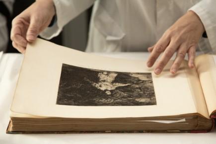 Desembalaje del depósito de estampas de Goya de Fundación CAI. Foto: José Garrido. Museo de Zaragoza.