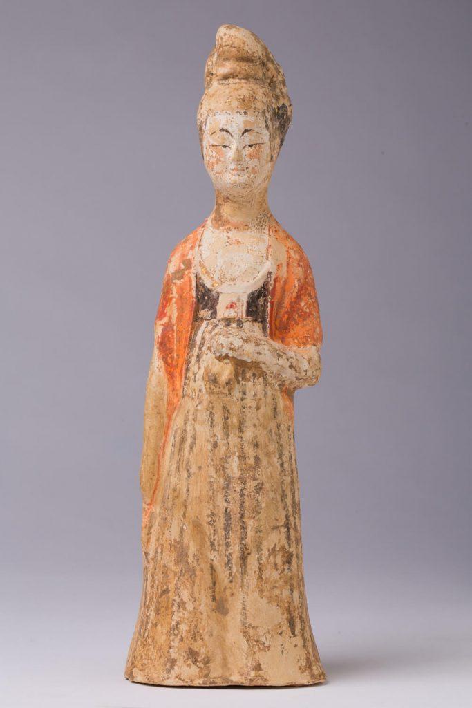 Dama en pie (mingqi). Terracota policromada. China. S. IX.