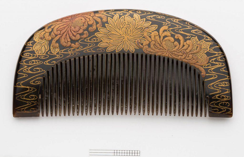 Peineta (kushi). Laca urushi. Japón. Primera mitad s. XIX.