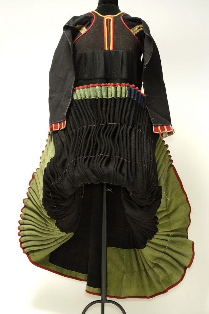 Saya Ceremonial. Lana, seda y algodón. Siglo XIX. Ansó (Huesca). Detalle. Inv. 35785.