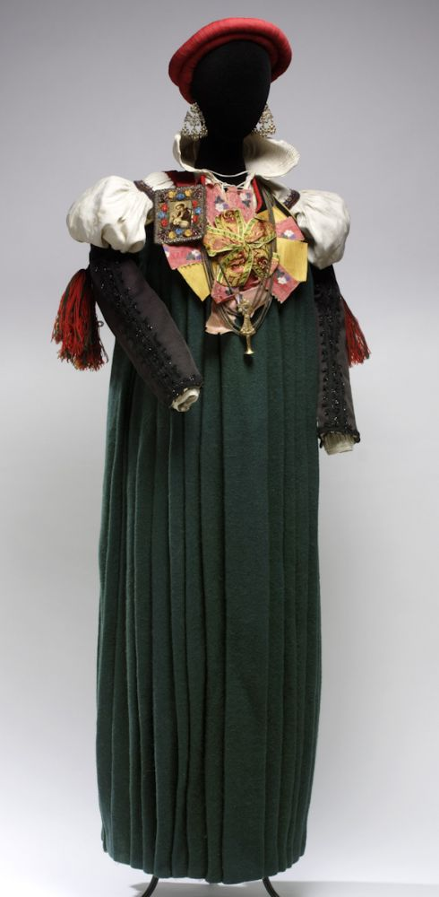 Traje femenino de Ansó. Lana, lino, seda y metal. 1865. Ansó (Huesca). Inv. 54229.