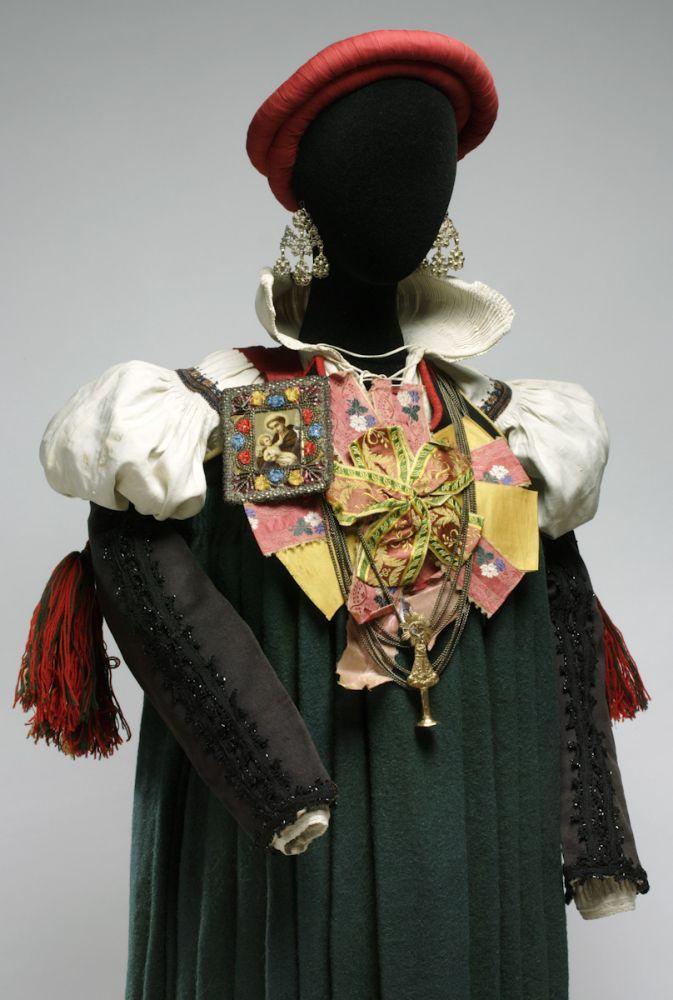 Traje femenino de Ansó. Lana, lino, seda y metal. 1865. Ansó (Huesca). Detalle. Inv. 54229.