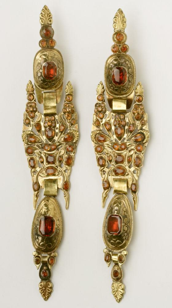 Pendientes de cabujón. Oro y aragonitos. Siglo XIX. Aragón. Inv. 54383.