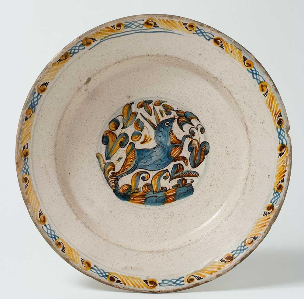 Plato hondo decorado. Alfar de Villafeliche. Cerámica. Siglo XVII. Inv. 01106